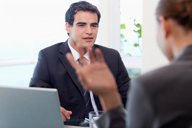 Красивый менеджер, беседующий с женщиной-кандидатом