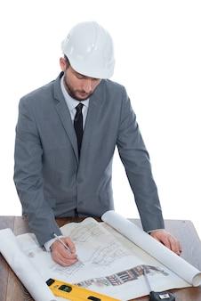 Красивый зрелый подрядчик, рисующий план здания