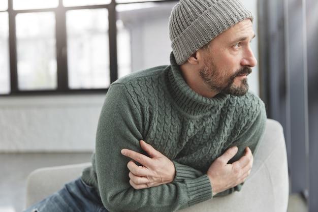Uomo alla moda maturo bello con barba e baffi
