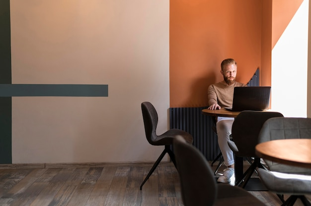 Uomo moderno bello che lavora con lo spazio della copia