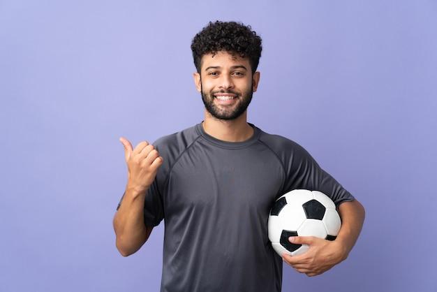 Красивый марокканский молодой футболист человек изолирован