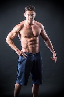 ハンサムで筋肉質の若い男
