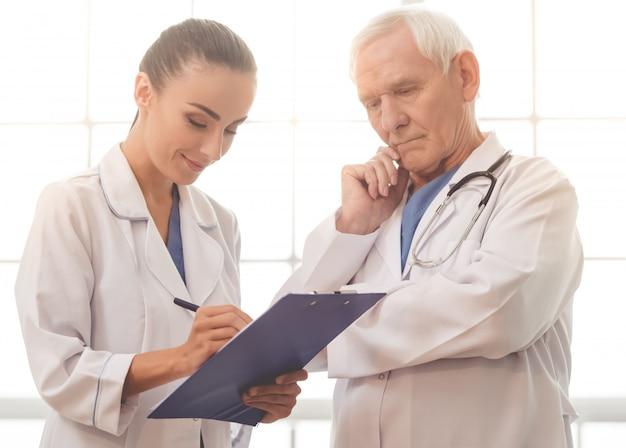 ハンサムな古い医者と美しい若い女性医師