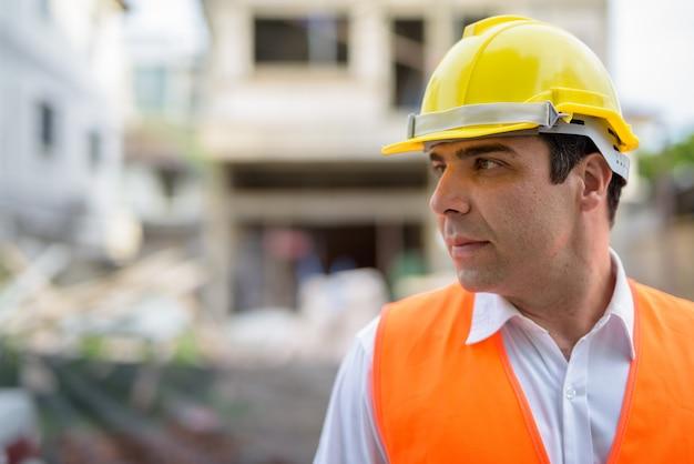 建設現場でハンサムなペルシャ人建設労働者