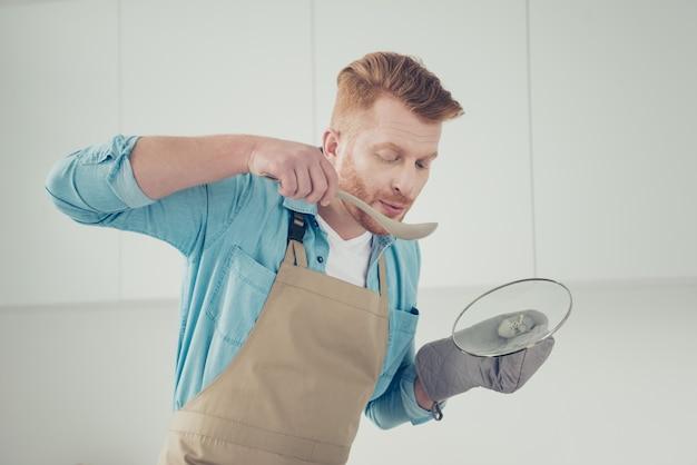 キッチンでハンサムな赤毛の男