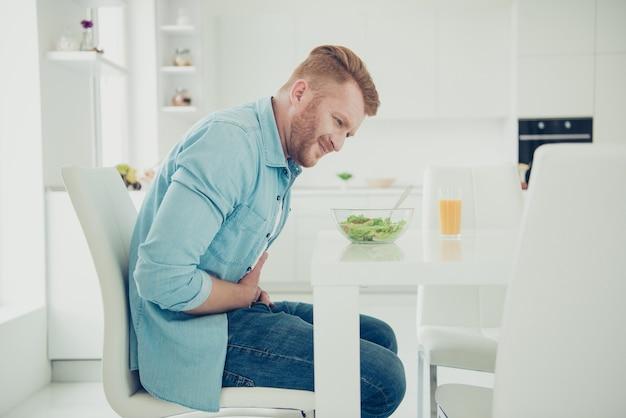 Красивый рыжий парень на кухне