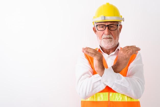 흰색에 안경을 착용하는 동안 양손으로 중지 손 제스처를 보여주는 잘 생긴 수석 수염 난된 남자 건설 노동자