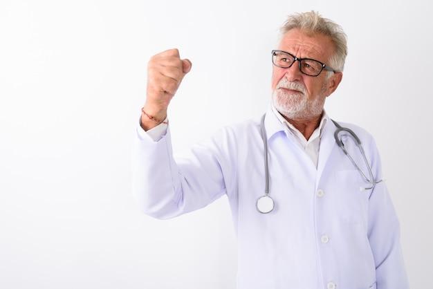 白のやる気を見ながら考えてハンサムなシニアのひげを生やした男性医師