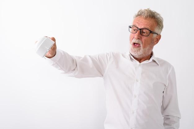 흰색에 안경을 거꾸로 빈 커피 컵을 들고 잘 생긴 수석 수염 난된 남자