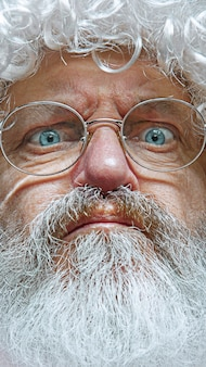 懐疑的で神経質なハンサムな年配の男性は、問題のために動揺して眉をひそめています。