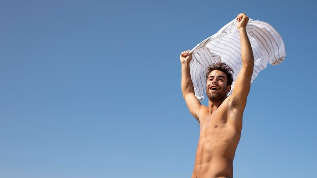 Bel ritratto di viaggiatore maschio senza camicia
