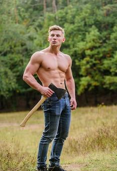 Мускулистое тело красивый мужчина без рубашки мускулистый спортсмен в лесу спорт и фитнес мускулистое тело