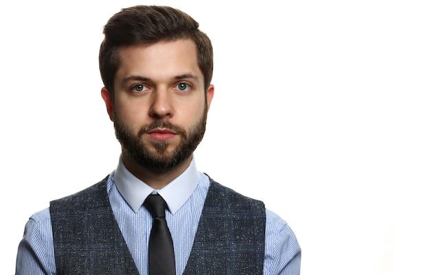 Красивый улыбающийся взрослый бородатый брюнетка кавказский человек