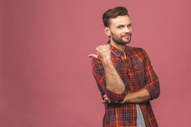 Красивый улыбающийся бородатый мужчина, указывая на розовом фоне