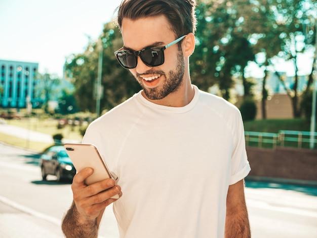 Bello sorridente elegante hipster modello lambersexual