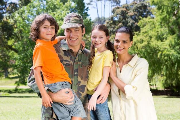家族と再会したハンサムな兵士