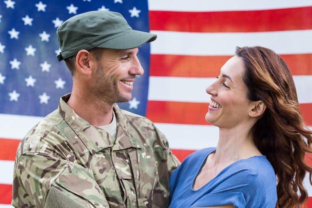 パートナーと再会したハンサムな兵士