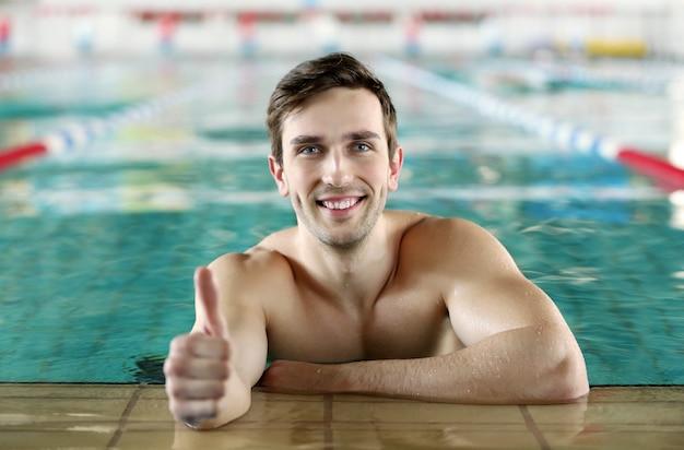 Красивый спортивный мужчина в бассейне