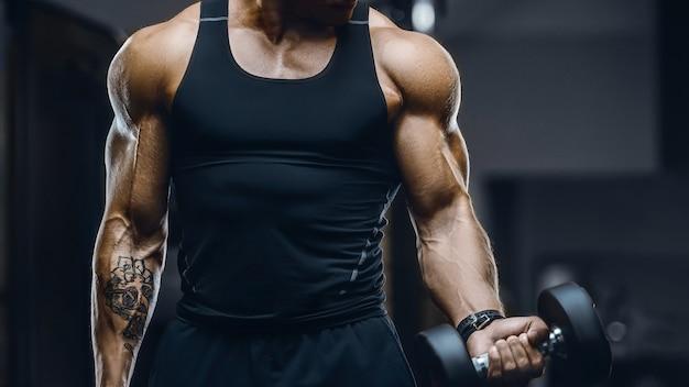 근육 운동 피트니스 및 보디 빌딩 개념을 펌핑 잘 생긴 강한 운동 남자