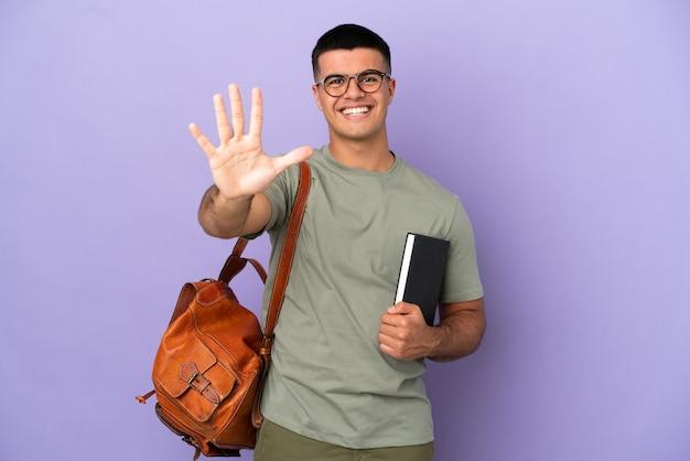 Красивый студент человек на изолированном фоне, считая пять пальцами