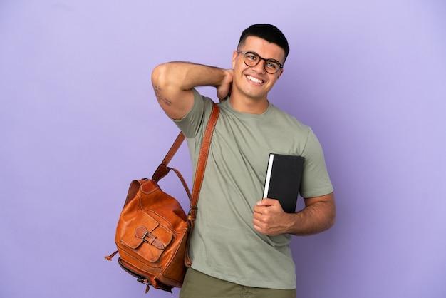 Красивый студент человек на изолированном фоне смеется