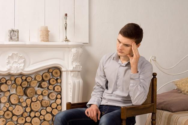 잘 생긴 세련 된 우울 된 젊은 남자