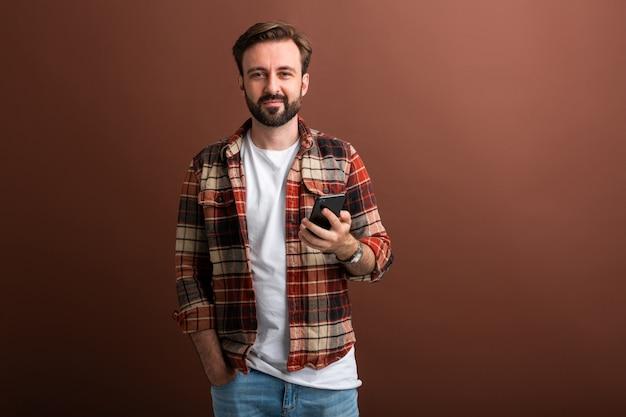 Uomo barbuto hipster alla moda bello su colore marrone