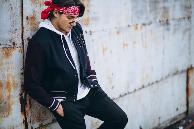 Uomo alla moda bello in attrezzatura urbana