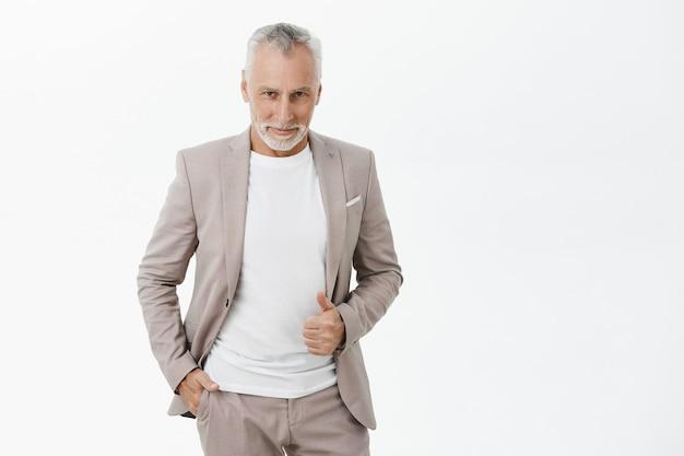 Uomo d'affari senior alla moda bello che sembra soddisfatto