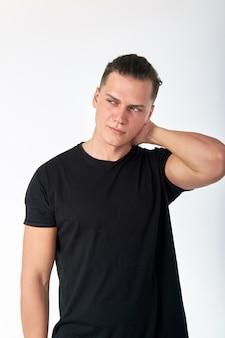 검은 면화 반팔 티셔츠 포즈를 입고 잘 생긴 세련된 젊은 남자