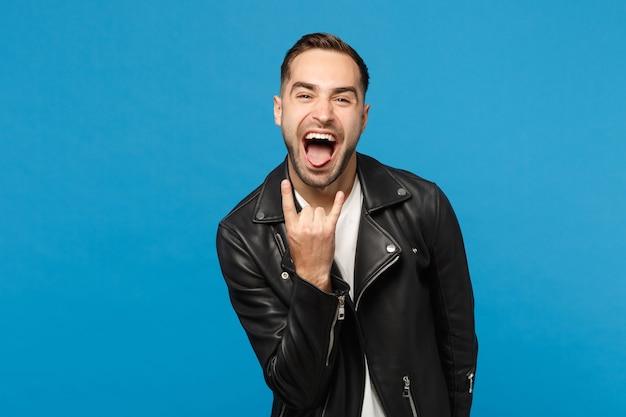 Красивый стильный молодой небритый мужчина в черной кожаной куртке белой футболке, глядя в камеру, изолированные на синем стенном фоне студийного портрета. концепция образа жизни искренние эмоции людей. копировать пространство для копирования