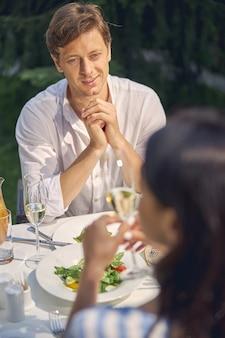 그녀와 이야기하는 동안 그의 여자를 찾고 잘 생긴 성공적인 남성