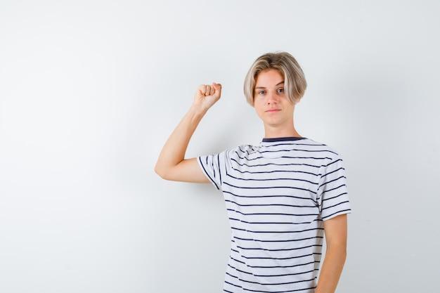 Красивый мальчик-подросток в полосатой футболке