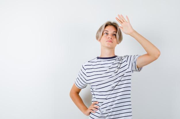 縞模様のtシャツを着たハンサムな10代の少年