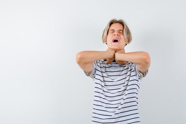 Bel ragazzo adolescente con una maglietta a righe