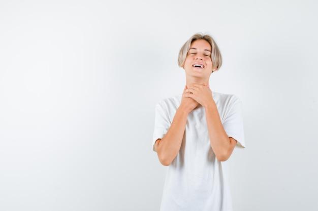 Bel ragazzo adolescente con una maglietta bianca