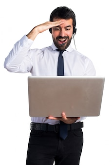 Uomo telemarketer bello