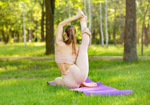 瞑想、ヨガの練習をしているハンサムな女性。健康的な生活様式