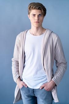 Красивый молодой человек в пальто