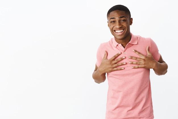 Красивый молодой афроамериканец с розовой футболкой-поло