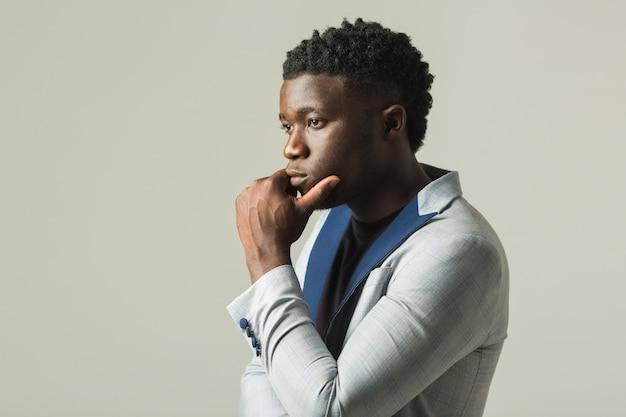 ジャケットでハンサムな若いアフリカ男性