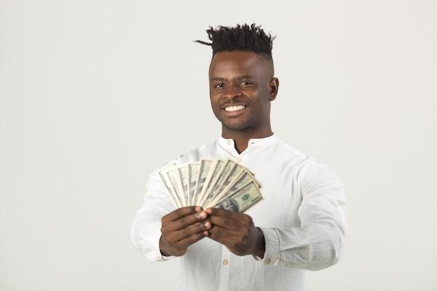 白いシャツを着たハンサムな若いアフリカ人