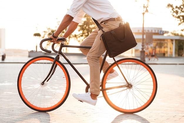 자전거와 함께 잘 생긴 젊은 아프리카 남자 이른 아침