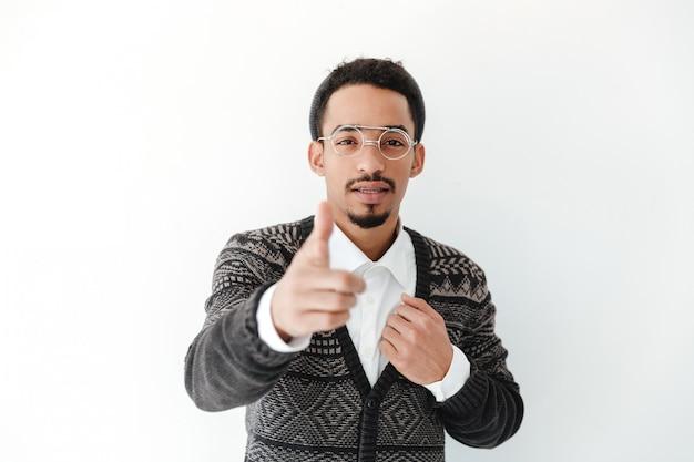 指しているハンサムな若いアフリカ人。