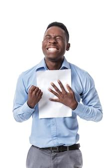 ハンサムな若いアフロアメリカ人実業家は拳を上げ続け、白で幸せと叫んで文書