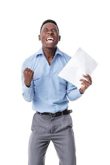 拳を上げ続け、白で幸せと叫んでいるハンサムな若いアフロアメリカ人実業家