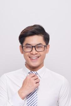 웃고 있는 잘생긴 젊은 아시아 사업가