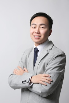明るい背景のハンサムな若いアジアの先生