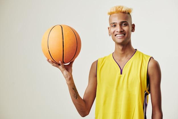 ハンサムな若いバスケットボール選手