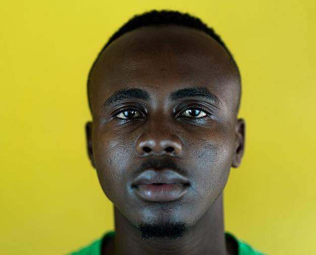 Красивый молодой черный афро-американский мужчина крупным планом портрет